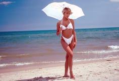 Bikini con l'ombrello Immagini Stock