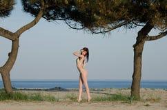 Bikini de la bata de la mujer roja joven atractiva del pelo que lleva imagen de archivo