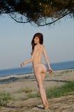 Bikini de la bata de la mujer roja joven atractiva del pelo que lleva imagenes de archivo