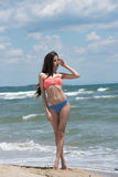 Bikini delgado del desgaste de la muchacha, playa con las ondas salvajes Fotografía de archivo libre de regalías