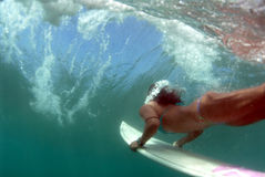 bikini duckdiving surfer έφηβος Στοκ Φωτογραφία