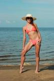 Bikini e cappello d'uso della ragazza fotografia stock libera da diritti