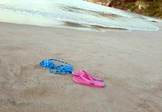Bikini et chaussures sur la plage tropicale Images libres de droits