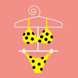 Bikini jaune de point de polka Photos stock