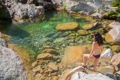Bikini kobieta przygotowywająca wodny staw Fotografia Stock