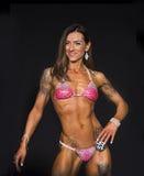 Bikini konkursant Jest ubranym tatuaże i uśmiech zdjęcia royalty free