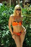 Bikini que lleva de la muchacha bastante rubia Imagen de archivo libre de regalías