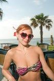 Bikini que lleva de la muchacha roja atractiva en la playa imágenes de archivo libres de regalías