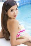 Bikini que lleva de la mujer china atractiva en piscina Fotos de archivo libres de regalías