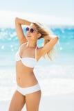 Bikini que lleva de la mujer que presenta con las gafas de sol Fotos de archivo