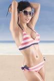 Bikini rayé de port de belle femme Photographie stock libre de droits