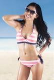 Bikini rayé de port de femme attirante Photos libres de droits