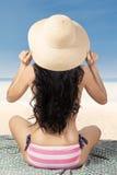 Bikini rayé de port de femme sexy à la plage Photos stock