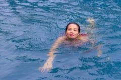Bikini rojo de la mujer enjioy en la piscina en la playa Fotografía de archivo libre de regalías