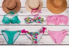 Bikini set i słomiani kapelusze Zdjęcia Royalty Free