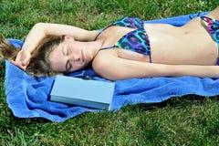 bikini som ta sig en tupplur utvändigt sexigt kvinnabarn Royaltyfri Bild