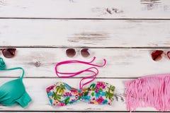Bikini superiore messo su fondo di legno Fotografia Stock