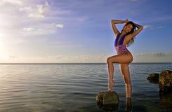 Bikini wzorcowy pozować na skałach Obrazy Stock