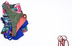 bikini y mezclilla del cortocircuito, concepto del viaje de la ropa del verano de la mujer imagen de archivo