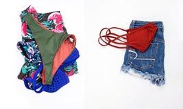 bikini y mezclilla del cortocircuito, concepto del viaje de la ropa del verano de la mujer fotos de archivo libres de regalías