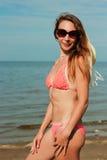 Bikini y sombrero que llevan de la muchacha Foto de archivo libre de regalías