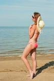 Bikini y sombrero que llevan de la muchacha Fotos de archivo libres de regalías