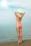 Bikini y sombrero que llevan de la muchacha Imágenes de archivo libres de regalías