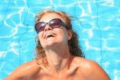 Bikinibaumuster im Pool mit freiem blauem Wasser Stockfotos
