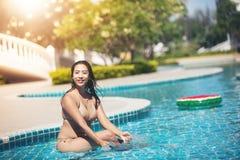 Bikinier för kvinnakläder för att simma på sommarrekreationpölen arkivbild