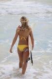 bikiniflicka henne surfingbräda Royaltyfria Bilder