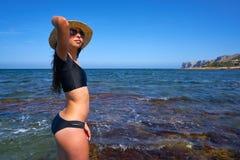 Bikiniflicka i den medelhavs- stranden för sommar som har roligt royaltyfria foton