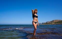 Bikiniflicka i den medelhavs- stranden för sommar som har roligt arkivfoton