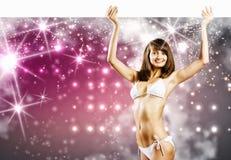 Bikiniflicka med banret Arkivbild