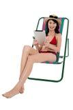 Bikinifrau, die durch Tabletteeinheit sich unterhält Stockbild