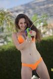 Bikinikvinna med vattenvapnet arkivbild