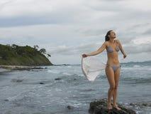 Bikinikvinnaanseendet vaggar på på stranden Royaltyfri Foto