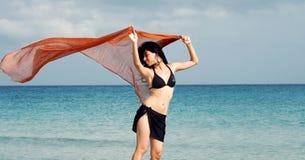 Bikinimädchen durch den Ozean Lizenzfreies Stockfoto