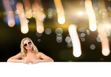 Bikinimädchen mit Fahne Stockbilder
