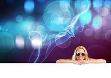 Bikinimädchen mit Fahne Lizenzfreie Stockbilder