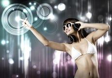 Bikinimeisje die hoofdtelefoons dragen Royalty-vrije Stock Afbeeldingen
