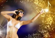 Bikinimeisje die hoofdtelefoons dragen Stock Foto
