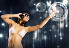 Bikinimeisje die hoofdtelefoons dragen Stock Afbeeldingen