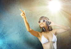 Bikinimeisje die hoofdtelefoons dragen Stock Fotografie