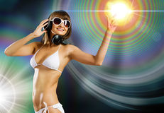 Bikinimeisje die hoofdtelefoons dragen Stock Afbeelding