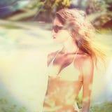 Bikinimeisje met de tijd van de zonnebrilzomer openlucht stock foto