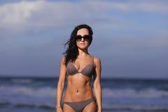 Bikinimodellen på strandskymningen tände med exponeringen royaltyfri foto