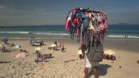 Bikinisäljare på ipanemaen i Rio De Janeiro stock video