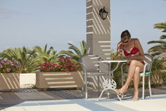 bikinis γυναίκα ανάγνωσης βιβλί& Στοκ φωτογραφία με δικαίωμα ελεύθερης χρήσης