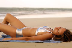 bikinis που κάνουν ηλιοθεραπεία τη γυναίκα Στοκ φωτογραφίες με δικαίωμα ελεύθερης χρήσης