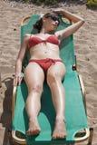 bikinis που κάνουν ηλιοθεραπ&eps Στοκ Εικόνες